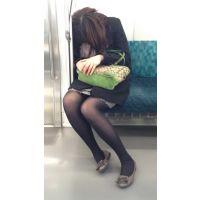電車内の爆睡美脚お姉さん
