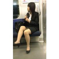 【セット販売】就活中のリクルートスーツ姿で脚を組む美人女子大生
