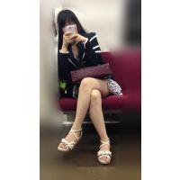 電車内の正面の席でエッチなナマ脚をがばっと何度も開脚してくれる可愛いメンヘラ女子大生(其の二)
