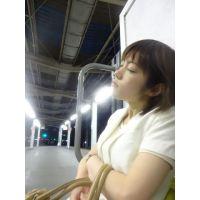 駅のベンチで爆睡お姉さん