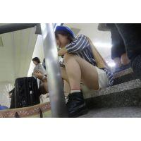ショートパンツで座り込む美少女