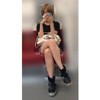 電車内のショーパンから伸びるナマ脚がエロい金髪ボブが可愛い女子大生(其の三)