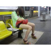 駅のベンチで泥酔美脚お姉さん