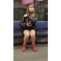 カジュアルな服装をしたナマ脚全開の金髪大学生 (其の四)