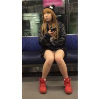 カジュアルな服装をしたナマ脚全開の金髪大学生 (其の一)