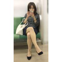 電車内の真面目な雰囲気が伝わる美脚美人OL(其の一)