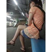早朝の駅で油断しまくり生脚美少女