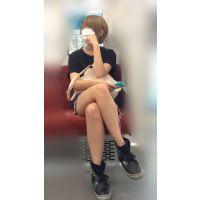 電車内のショーパンから伸びるナマ脚がエロい金髪ボブが可愛い女子大生(其の一)