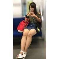 電車内の無防備なナマ脚が剥き出しのスケベ女子大生(其の二)