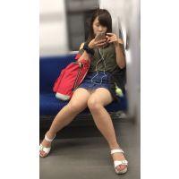 電車内の無防備なナマ脚が剥き出しのスケベ女子大生(其の一)