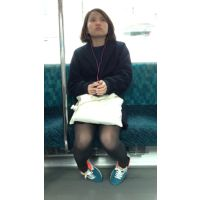 可愛い女子大生の黒スト美脚