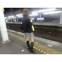 電車を待つOLのスカートの中