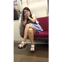 電車内の組んだ生脚からエッチなフトモモが丸見えの可愛い女子大生(其の二)