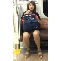 電車内の健康的な生脚をさらけ出した可愛い女子大生(前編)