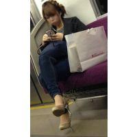 電車内のエロいパンプスを履いたギャル