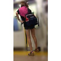 電車内の健康的な生脚をさらけ出した可愛い女子大生(後編)