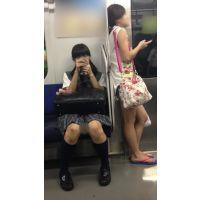 電車内のツインテールが可愛い優等生風の黒髪JKとサンダル姿の生脚女子大生(其の二)