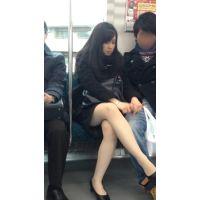 電車内のリクルートスーツ姿の女子大生