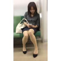 電車内の真面目な雰囲気が伝わる美脚美人OL(其の四)