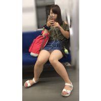 【セット販売】電車内の無防備なナマ脚が剥き出しのスケベ女子大生
