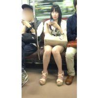 電車内の短パン生脚黒髪美人