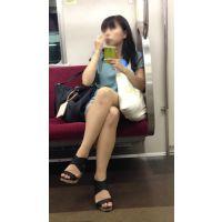 電車内の落ち着いた雰囲気の生脚おねえさん(前編)