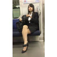 就活中のリクルートスーツ姿で脚を組む美人女子大生(其の四)