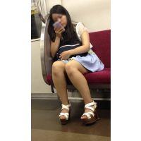 電車内の組んだ生脚からエッチなフトモモが丸見えの可愛い女子大生(其の四)