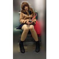 電車内のエロい脚をさらけ出しながら爆睡するギャル風JD(其の七)