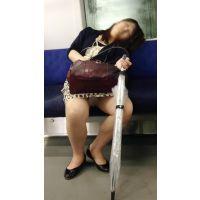 恥ずかしいポーズを大量激写!電車内の泥酔開脚美人OL(前編)