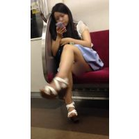 電車内の組んだ生脚からエッチなフトモモが丸見えの可愛い女子大生(其の三)