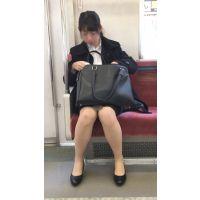 リクルートスーツを着て就活を頑張るスタイルが良い女子大生(其の二)