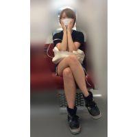 電車内のショーパンから伸びるナマ脚がエロい金髪ボブが可愛い女子大生(其の二)