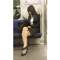 就活中のリクルートスーツ姿で脚を組む美人女子大生(其の三)