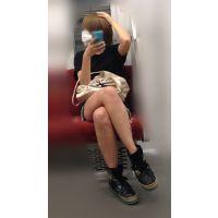 電車内のショーパンから伸びるナマ脚がエロい金髪ボブが可愛い女子大生(其の五)