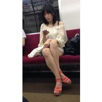 電車内のエロい服装をした圧倒的な美脚を持つ綺麗なお姉さん