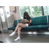 電車内のナマ脚ショートパンツ娘