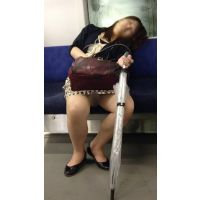 恥ずかしいポーズを大量激写!電車内の泥酔開脚美人OL(後編)