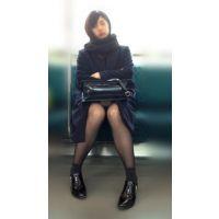 電車内のモデル風極上美女の無防備黒スト美脚(其の五)