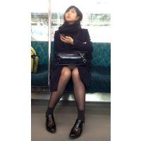 電車内のモデル風極上美女の無防備黒スト美脚(其の二)