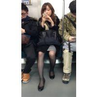 電車内のセクシーな薄ストおねえさん