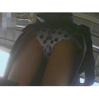 学生逆さ撮りバッグを持つ時の屈みに興奮!水玉模様のパンチュ【パンチラ動画】yunker 05と02セット販売