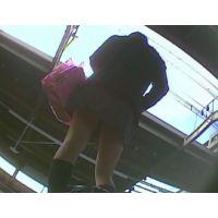 女の子逆さ撮りバッグを持つ時の屈みに興奮!水玉模様のパンチュ【パンチラ動画】yunker 05
