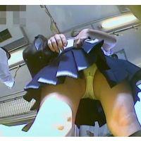 電車の中でスカートを短くする幼い学生を前から頂きます【パンチラ動画】yunker 02〜04セット販売