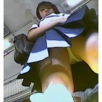 電車の中でスカートを短くする幼い学生を前から頂きます【パンチラ動画】yunker 03と04セット販売