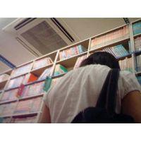 【ロリ動画】幼い私服姿の女の子立ち読み中を逆さ撮り rere 01と12セット販売