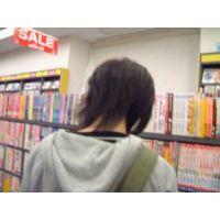 大人コミックを読む女の子を逆さ撮り【動画】rere 07〜10セット販売