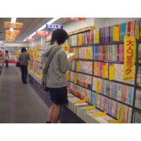 大人コミックを読む幼い女の子を逆さ撮り【ロリ動画】rere 10と04セット販売