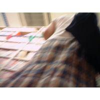 【ロリ動画】私服姿の女の子立ち読み中を逆さ撮り rere 01と14セット販売
