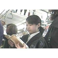 電車内の様子【動画】読書をするリクルートスーツの女子大生 顔と全身編